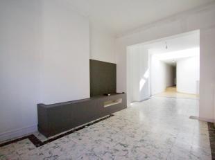 Cette maison 3 façades dans le centre de Lauwe comprend:<br /> <br /> Hall d'entrée spacieux et confortable avec toilettes sépar&
