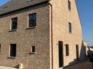 Deze nieuwbouw woning in het dorp van Desteldonk is ideaal voor wie kwalitatief wil wonen in een rustige omgeving maar toch een snelle verbinding wil