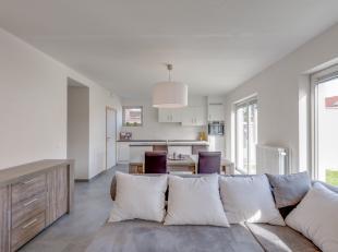 Dit appartement is ideaal voor wie houdt van aangenaam en praktisch wonen. Het is gelegen op het gelijkvloers en heeft een afgesloten tuin. Volledig a
