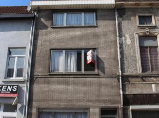 Deze woning, gelegen op de stadsring, kan na renovatie een ideale gezinswoning zijn gezien haar ruime bewoonbaarheid. De woning is als volgt ingedeeld
