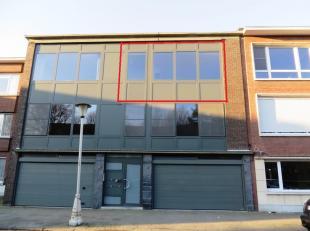 Mooi appartement op tweede verdieping met 2 slaapkamers en terrasje, recht tegenover een parkje te Antwerpen ** Zeer rustig gelegen, vlakbij scholen e