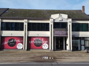 Dit handelspand is gelegen op de Rijksweg 368 te 3630 Maasmechelen ! <br /> <br /> Het gebouw met een winkelruimte van een 2.224 m2 en een magazijn va