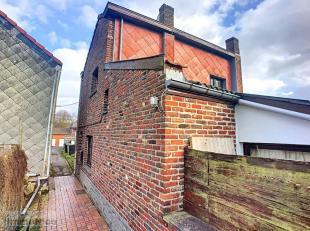 Bonne maison 4 façades à rafraîchir reculée au calme au fond d'une impasse comprenant au rez: salon (+/-14m²), cuisine