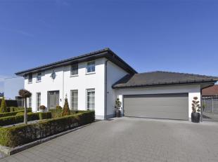 Exclusieve en tijdloze villa in manoire stijl met een riante woonoppervlakte op een perceel van 13a80ca. De woning is gelegen op een rustige doch cent