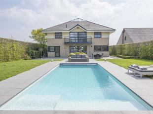Unieke villa onder moderne architectuur ontworpen met een riante woonoppervlakte en luxueus zwembad op een bijzonder rustige locatie. De woning is gel