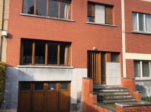 Zeer ruime te renoveren woning met grote tuin en garage voor 2 auto's, gelegen op 200 meter van het Boelaerpark. Stedenbouwkundige inlichtingen in aan