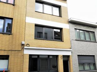 IN OPTIE !!!  Zeer stijlvol gerenoveerd gelijkvloersappartement met terras!Het betreft een totaalrenovatie: alles nieuw dus: keuken, badkamer, vloeren
