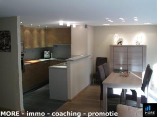 Ruim gemeubeld appartement gelegen op de eerste verdieping van een nieuwbouwresidentie. Het appartement omvat: inkomhall, een ruime, lichtrijke woonka