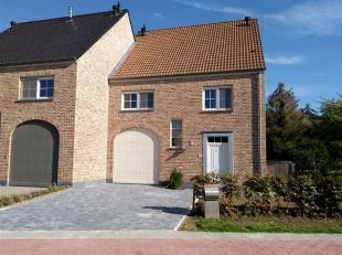 Zeer aangename 3 gevelwoning 2012 in zeer goede staat gelegen op 5are17ca Zuid-Oost. De villa met een bewoonbare oppervlakte van +/-200m² (garage