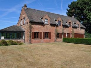 Ruime klassieke villa op +/- 28 are in landelijk kader aan het einde van een privé weg. Met een bewoonbare oppervlakte van +/- 280m² besta