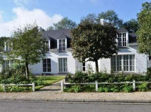 Mooie klassieke villa volledig gerenoveerd in 2013 gelegen in residentiële wijk van de Marnix vlakbij de golf op +/- 22 are zuid gericht. De vill