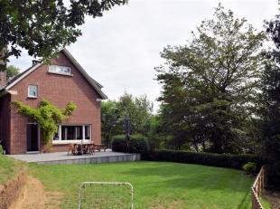 Zeer goed gelegen 4 gevel huis, met prachtige tuin, voor een totale woonoppervlakte van +/- 200 m². U komt via een ruime inkom voorzien van toile