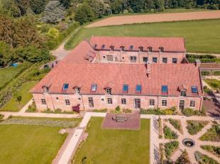Exclusieve vierkants hoeve Hof te Bisdom volledig gerenoveerd met kwaliteitsvolle, luxueuze materialen gelegen in centrum van Overijse. De hoeve is op