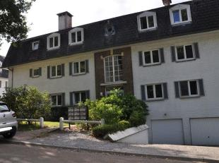 Mooi appartement van +/- 85m² op de begane van een klein gebouw met zicht op het meer van Genval. Het appartement bevat een living van +/- 30m&su