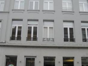 UNIEKE APPARTEMENT MET EEN RUIM TERRAS! Het appartement is gelegen in de eliatstraat vlakbij het centrum van Antwerpen en bevindt zich nabij de ring.