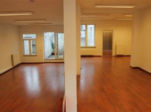 Ruim kantoor (+- 200 m2) vlakbij alle invalswegen<br /> Omgeving:<br /> - Vlakbij allerlei winkels<br /> - Vlakbij alle invalswegen<br /> - Leuke buur