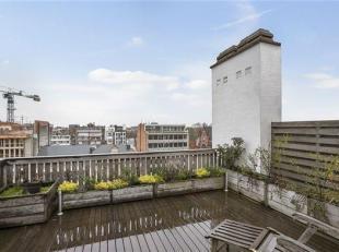 Dit instapklaar en gerenoveerd appartement is gelegen op de 9de verdieping aan de overkant van het stadspark. De lift in het gebouw gaat tot de 8ste v