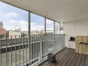 Dit ruim instapklaar en gerenoveerd appartement is gelegen op de 1ste verdieping (bereikbaar via lift) van een gebouw dat gestript werd en in 2007 ter