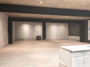 Magazijn, opslagplaats, polyvalente ruimte op 133  m²; diepte: 13,46 m; breedte: 9,85 m; geautomatiseerde sectionale poort met ingewerkte deur me
