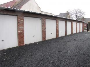 Garage nr 8 te huur in traditioneel gebouwde constructie met 8 garages. Afgesloten met een metalen kantelpoort met slot. Betonnen vloerplaat. Er is ge