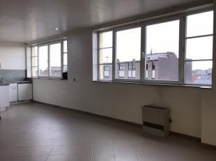 au 3ième étage; ascenceur dans le bâtiment; Studio comfortable: entrée séparée avec placquard, salle de bains