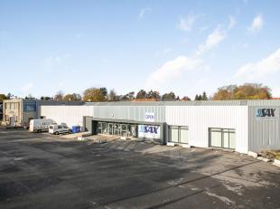 Op een toplocatie met veel passage en goede verbindingen naar de E17 bevindt zich dit multifunctioneel commercieel gebouw; Bruikbare vloeroppervlakte:
