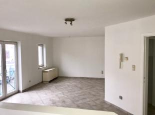 In residentie De Graal, op verdieping 1 links: volledig geschilderd appartement met inkomhall, leefruimte, halfopen keuken, 2 ruime slaapkamers en bad
