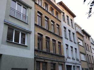 In een achtergelegen gebouw met binnenkoer met fietsenberging, appartement op de 4de verdieping; geen lift; Indeling: ruime living met open keuken; ba