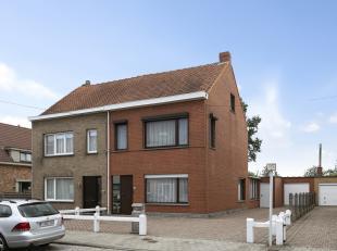 regio Vogelhoek Gentbrugge: Halfopen bebouwing op heel gunstige locatie; Indeling: aparte inkom met gastentoilet traphall met berging. Leefruimte, eet