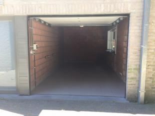 Grote garage met automatische sectionaalpoort.<br /> Deze diepe en lichtrijke garage ligt achter een kleine residentie, gemakkelijk bereikbaar en met