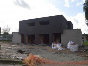 BURST - Dit schitterend nieuwbouwproject bestaande uit 2 moderne halfopen bebouwingen kunt u vinden op een rustige locatie in Burst op wandelafstand v