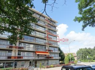 Dit centraal gelegen appartement bevindt zich op de 4 de verdieping in een verzorgd gebouw met lift.We betreden het appartement via de inkomhal die vo
