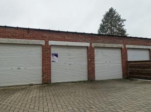 Garagebox gelegen achter appartementsgebouw met manuele rolpoort.Geschikt voor stalling van personenwagens, rijwielen en motorfietsen, alsmede voor op