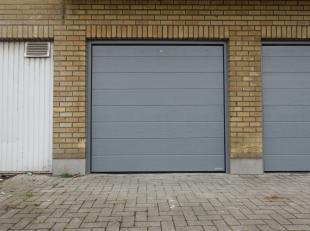 Garagebox n° 2 derrière l'immeuble, entrée par Lambrechtshoekenlaan 173Boîte de garage portuaire (automatique)Largeur: 2,70m (