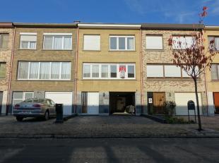 Ce maison au premier étage en bon état situé dans un quartier résidentiel calme, proche de toutes commodités.Nous e