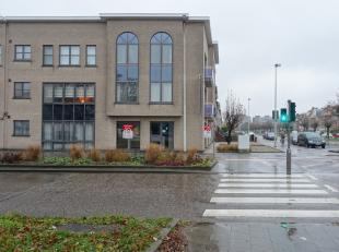 Deze gelijkvloerse handelsruimte van 70 m² met hoge afwerkingsgraad (voormalige parketwinkel) is gelegen op de hoek van de Ringlaan en de Catersh