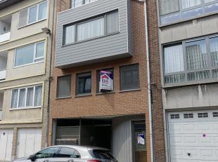 Dit gezellig gelijkvloers appartement werd gebouwd in 2013 en is gelegen nabij alle nodige voorzieningen zoals winkels, openbaar vervoer (bus en tram