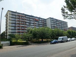 Verzorgd en gunstig gelegen 2-slaapkamer appartement op de 3de verdieping in een gebouw met liften.Via de inkomhal met vestiairekast en veiligheidsdeu