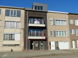 Dit recent gelijkvloers appartement is zeer centraal gelegen en bevindt zich in een klein gebouw zonder lift. We betreden het appartement via de inkom