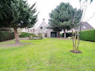 Sur Koningslo: Superbe villa 4 façades avec grand jardin sans vis-à-vis. Rez: Le living spacieux de ±56m² avec feu ouvert et