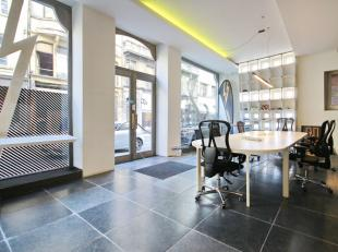 "40m from ""Place de la Monnaie"": nice 221m² commercial space in perfect condition, 2009 high quality renovations by architect Bart Lens. On the gr"