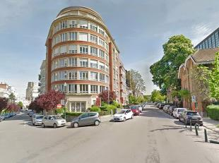 IXELLES/ULB/CAMBRE WOODS : Ideally situated, nice 135m² apartment to renovate. Entrance hall, wc, large living room, kitchen with little terrace,