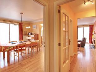 A proximité de la Place Stéphanie: grand appartement de +- 193m² situé au 4ème dans un immeuble avec concierge. Hall