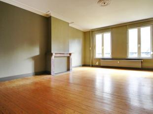 Zavel: Zeer ruim appartement in karaktervol burgerlijk huis. Inkomhal, woonkamer van ± 30m², volledig uitgeruste keuken, 2 slaapkamers van