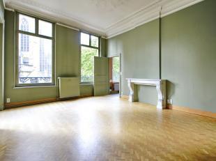 Zavel : Zeer ruim appartement in karaktervol herenhuis. Inkomhal, woonkamer van ± 30m², eetkamer van ± 22m², ingerichte keuken