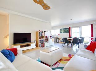Op Strombeek-Bever limiet Laken: Prachtige recente duplex op de bovenste verdieping van ± 168m² zeer helder! Eerste niveau: hal met apart
