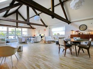 Jardin aux Fleurs plaats: Ruime en lichte loft van ± 225 m² met terras! Inkomhal, zeer luchtige leefruimte met houten balken, badkamer met