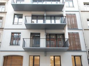 In het hart van Brussel: Nieuw appartement en aangrenzend kantoor. APPARTEMENT: Mooi nieuw duplex appartement van 98m². Inkomhal, leefruimte van