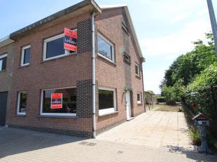 Goed gelegen, op te frisse woning in Dendermonde! In de nabijheid van scholen, winkels en openbaar vervoer. De woning bevat een inkomhal, leefruimte,