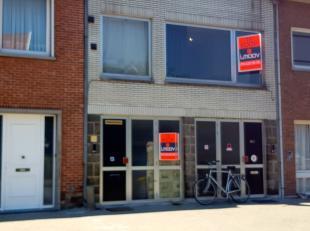 Op te frissen 3 slaapkamer appartement nabij het centrum van Sint-Niklaas alsook in de buurt van winkels en scholen. Het gebouw bestaat uit 2 appartem